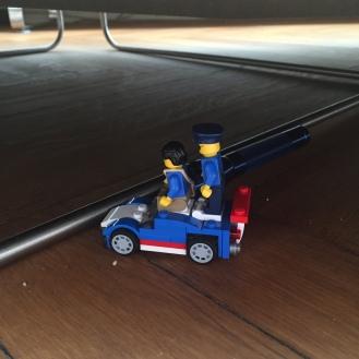 Spielzeug unterm Sofa.