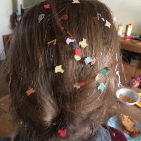 Konfetti im Haar.