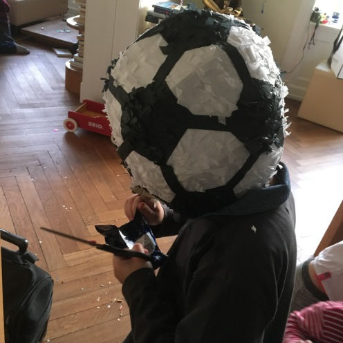 Piñata auf dem Kopf.