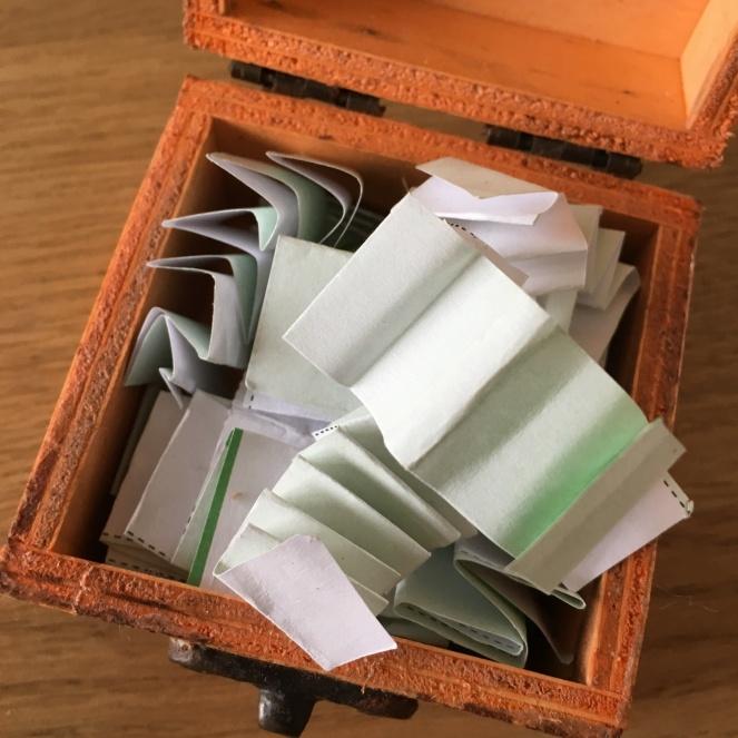 Kiste mit Papier.
