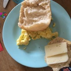 Frühstück (Rührei & Brötchen).