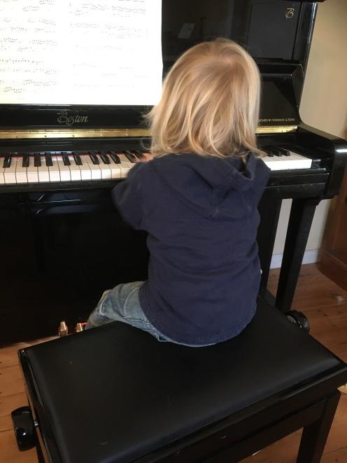 Am Klavier.