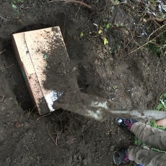 Begraben.