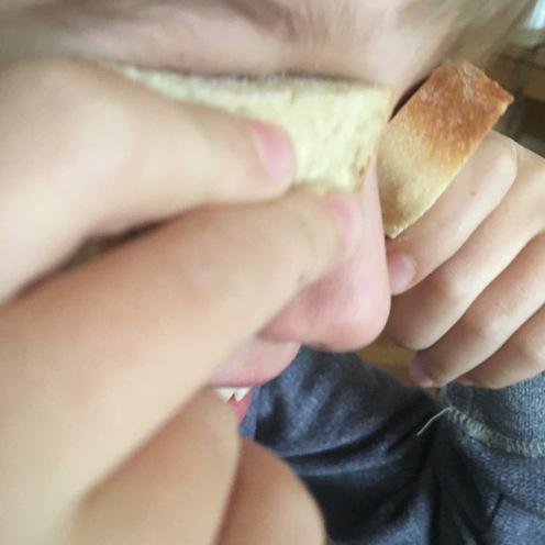 Brot vor den Augen.