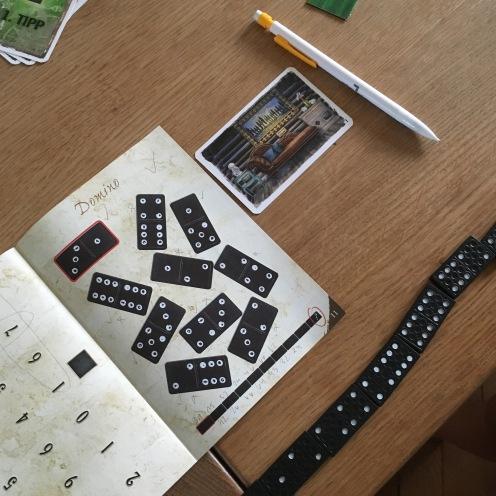 ... mit Dominosteinen.