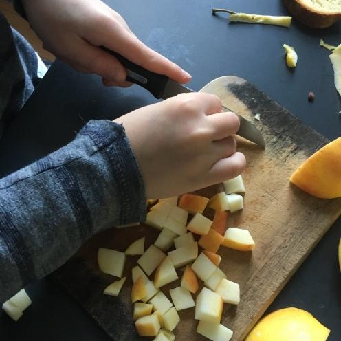 Äpfel schneiden.